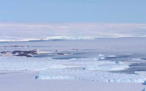 Vue aérienne DDU au loin à gauche © IPEV/MSA/MNHN